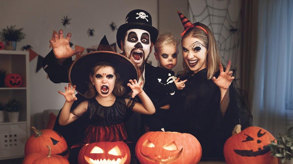 """Halloween är framförallt barnens högtid. De klär ut sig till spöken, häxor och andra otäcka figurer i skräckinjagande masker och går runt i omgivningarna där de frågar vuxna personer om de vill ha """"bus eller godis""""."""
