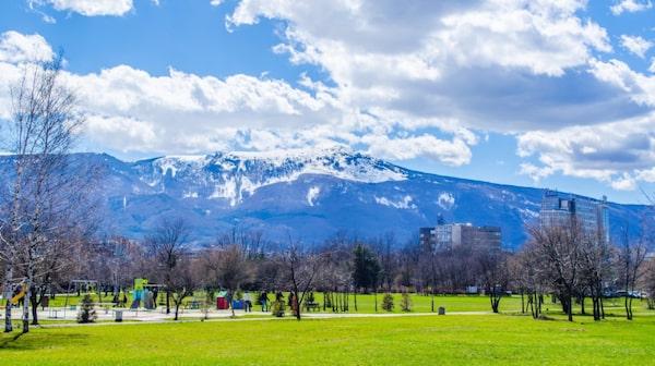 Stadspark i Sofia med utsikt över bergen - det är nära till skidåkningen.