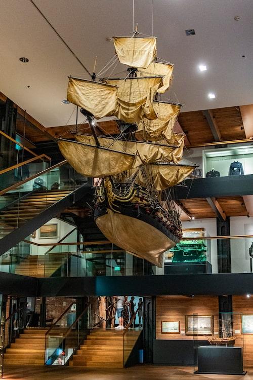 Maritima museet visar antika och moderna sjöfartsföremål i ett gammalt packhus.