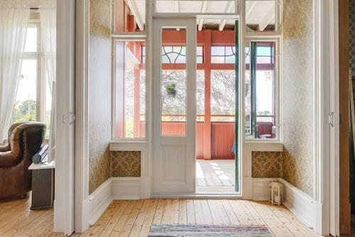 Mångfärgade spröjsade fönster är bara en av många detaljer.