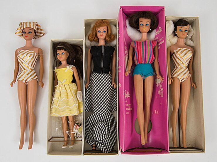 Tre Barbiedockor, en Midgedocka och en Skipperdocka med originalkartonger. Såldes för 4000 kronor.
