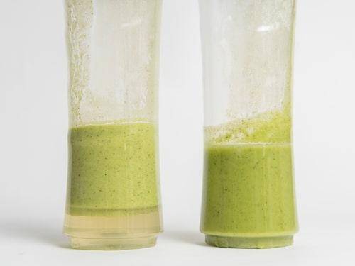 Smoothien i den högra bägaren har mixats under vacuum, den vänstra i en vanlig smoothiemaskin. Bilden är tagen efter att behållarna stått ett och ett halvt dygn i kylskåp. Den vänstra smoothien har skiktat sig och börjar tappa färg.