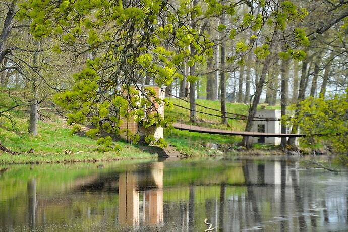 En hängbro leder till Engelska parken.