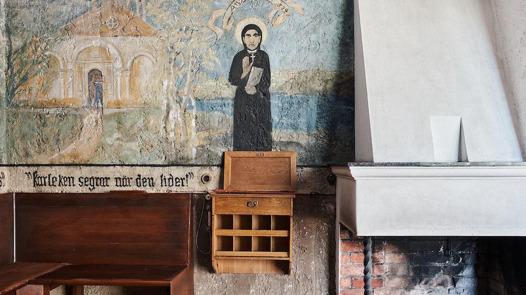 Husets första ägare har målat Heliga Birgitta på väggen längst ner i huset.