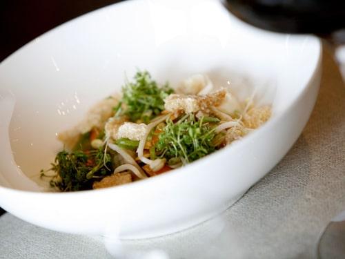 Restaurang Geranium är modern och erbjuder sina gäster god service och mat, vilket belönat dem med tre stjärnor i michelin-guiden 2017.