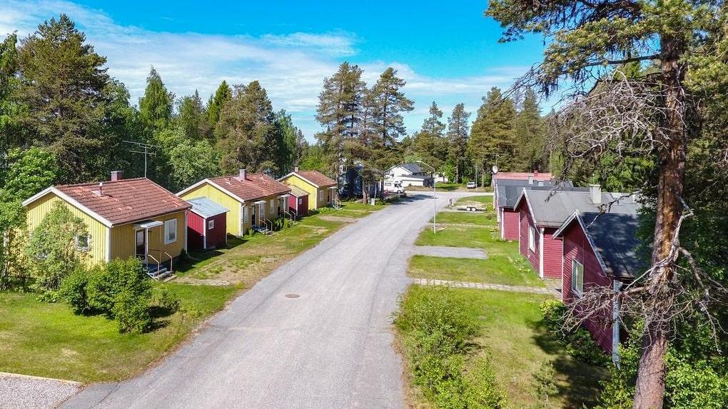 För 450 000 kronor har du nu chansen att lägga beslag på ett helt kvarter med sammanlagt elva bostäder.