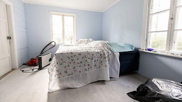 Ett av husets rum – sovrummet, är redan färdigrenoverat.