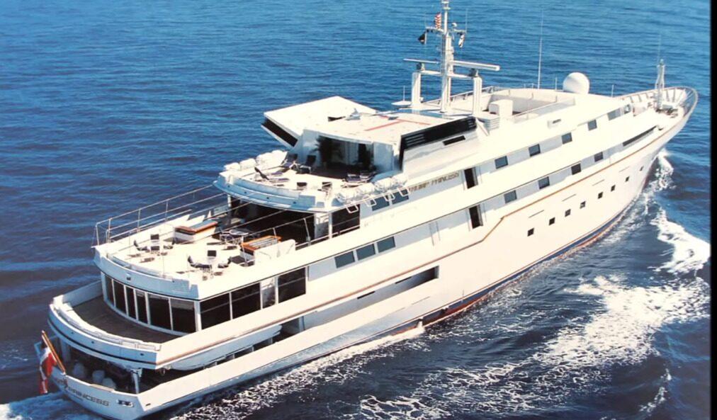 """Yachten var på sin tid den tredje största i världen. Den har även varit med i Bondfilmen """"Never say never again"""" där den gick under namnet """"Flying saucer"""" 1983."""