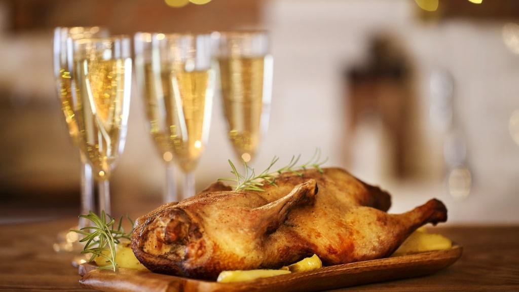 Tänk på att inte servera champagne till för stark mat, menar vinexpert Gunilla Hultgren Karell.