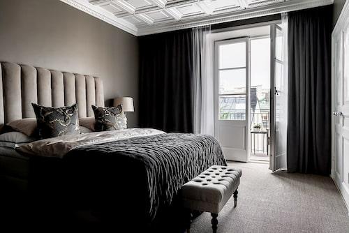 Sovrum med balkong.