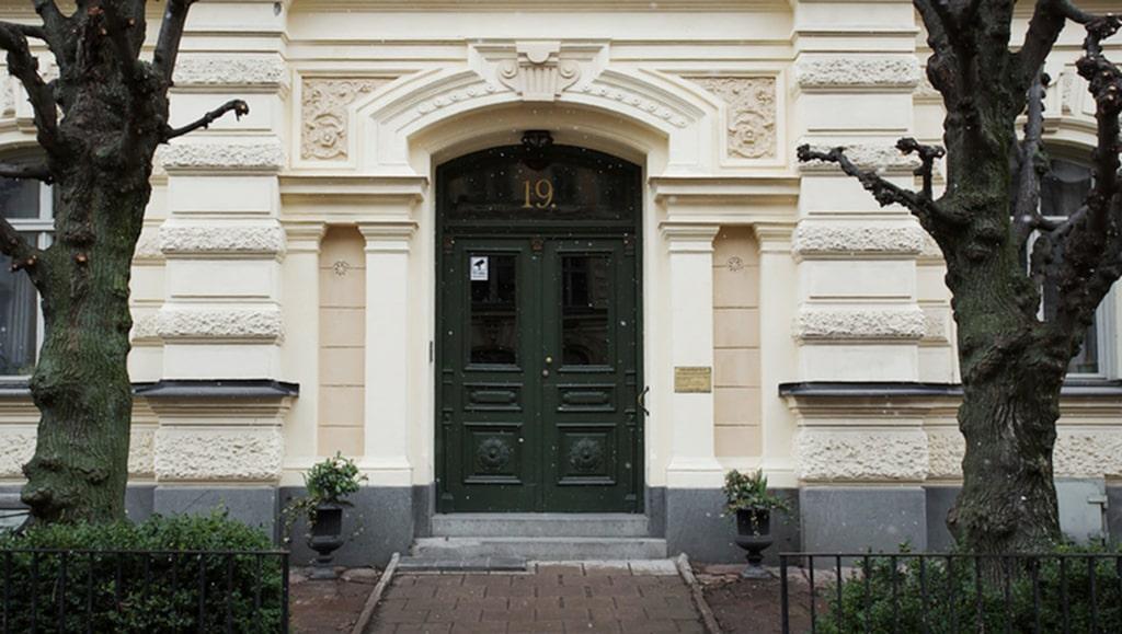 Den lilla etagelägenheten ligger på Östermalm i Stockholm, i den attraktiva Villastaden.