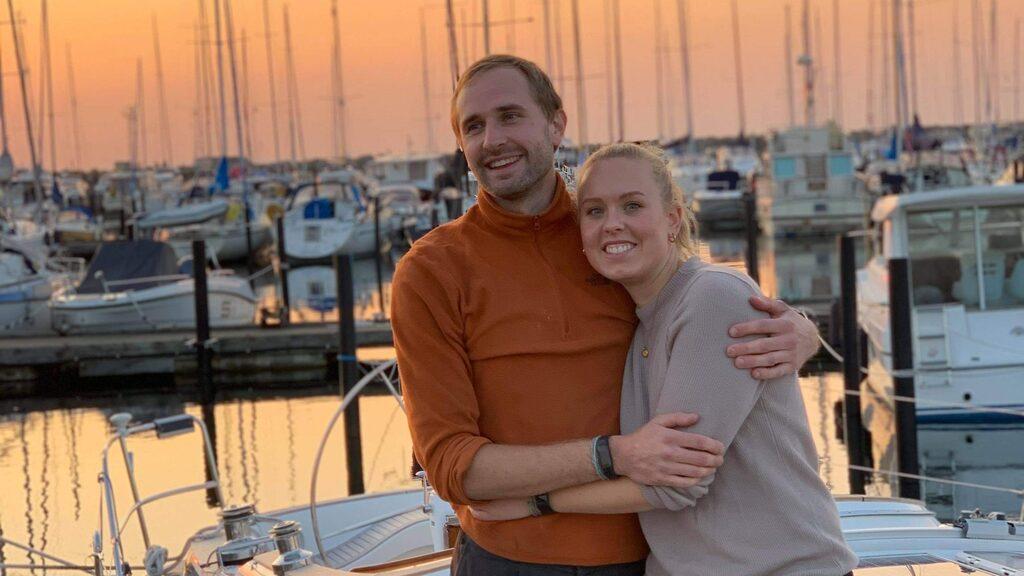 Marcus Johansson och Emmy Sandwall semestrade på båten sommaren 2019. Sedan bestämde de sig för att stanna kvar.