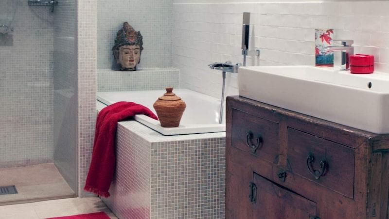 <p>Badrum med mosaik och asiatiska detaljer. Fyndigt med tvättställ i ett kineskiskt skåp. Bakaret pryds av kvinnlig Buddha, Guanyin.</p>