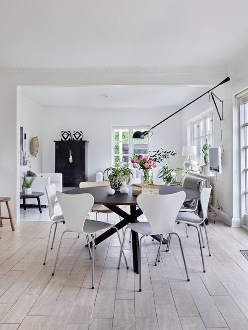Det snygga runda bordet som tar liten plats men rymmer många, har Kirsten och Tom tillverkat själva.
