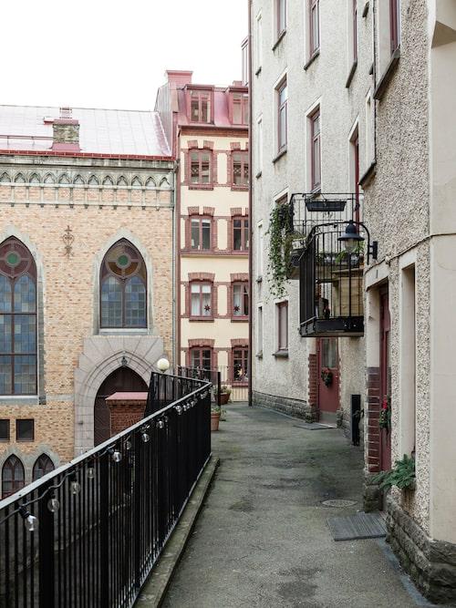 Huset i Linnéstaden i Göteborg har en innergård med flera vackra byggnader. Här finns bland annat en kyrka med höga fönster.