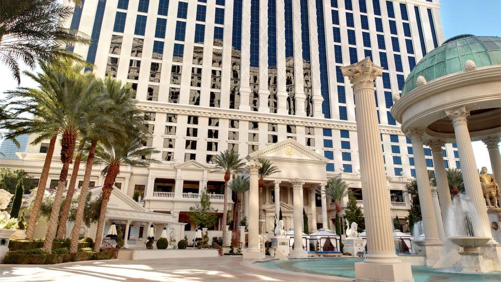 Få casinon är så synonyma med Las Vegas som Caesars Palace. Här pågår spelande dygnet runt.