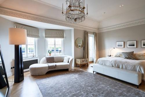 Master bedroom skulle lätt rymma två dubbelsängar.