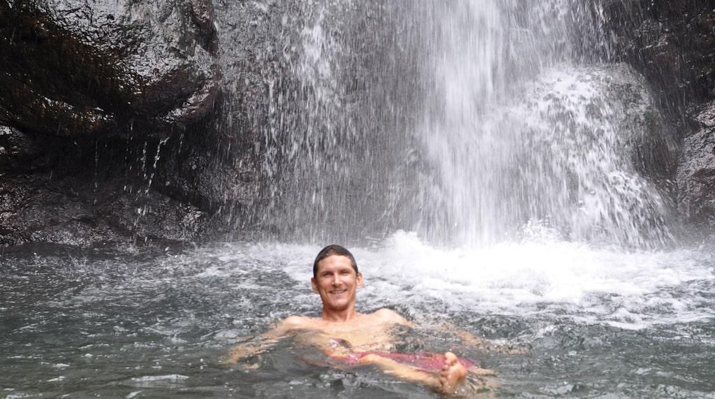 Det friska vattnet från vattenfallet bildar en liten lagun.