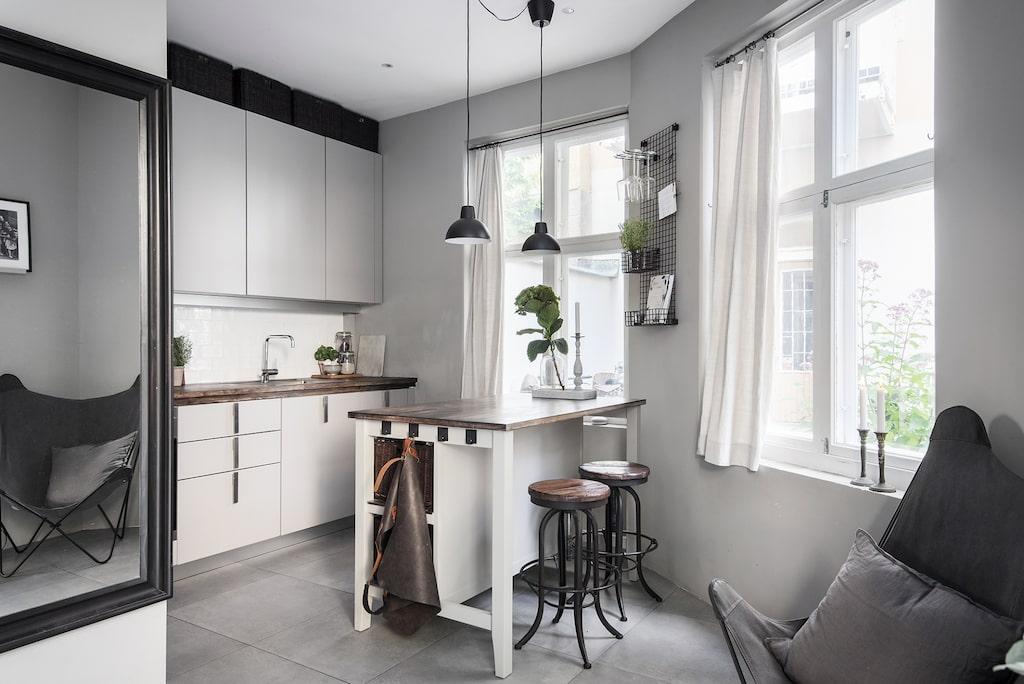 Här finns ett trendigt designat kök med köksö.
