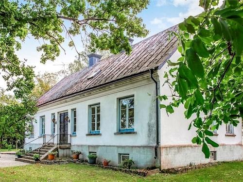 Huset är riktigt pampigt men i behov av renovering och modernisering.