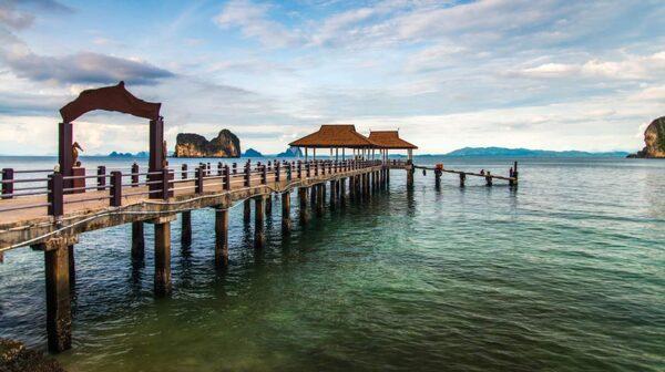 Det finns ingen fast befolkning på Koh Ngai, och därmed heller ingen by.