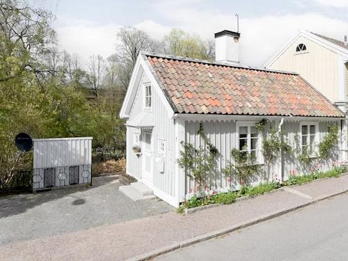 Huset har två rum och kök, och egen parkeringsplats.