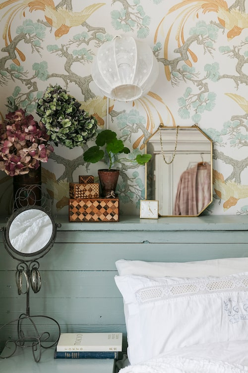 Sänggaveln i sovrummet är hemmasnickrad och måttanpassad så en extramadrass lätt kan skjutas in bakom gaveln längs med väggen.