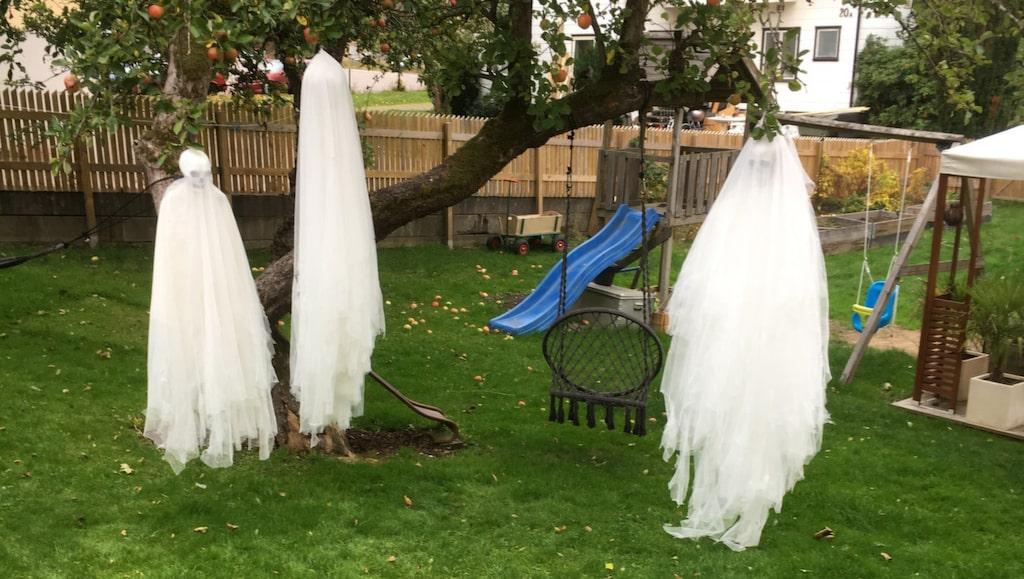 Många gillar att pyssla inför Halloween. Här visar vi hur du enkelt gör egna spöken som kan hängas upp utomhus.