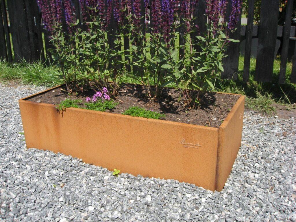 Lands små rektangulära odlingslådor skapar nya rum i trädgården och på terrassen. De tillverkas i olika storlekar, i galvaniserat och obehandlat järn. Järnet rostar och ger en fin retro-look.