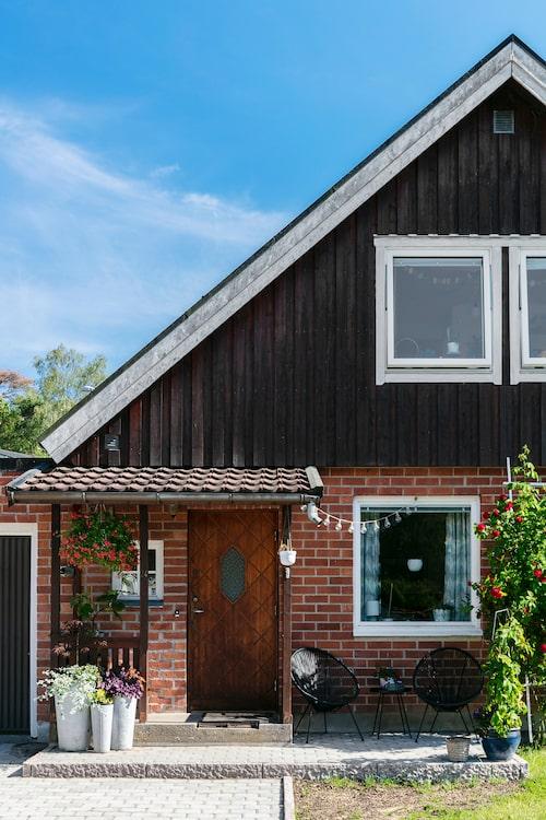 Familjens 1960-talsvilla i Västerhaninge utanför Stockholm har fått en ny uppfart. Isabelle och Christian lade ny marksten vid entrén förra sommaren.