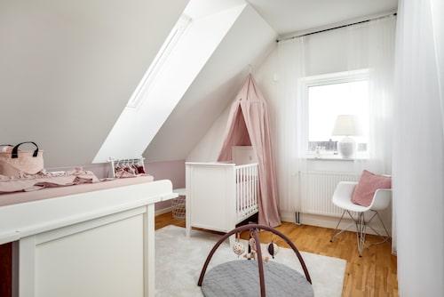 2019 fick Julia Bergman och Dennis Everberg en liten dotter som upptar den här barnkammaren.