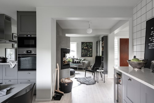 Köket har öppnats upp mot hall och vardagsrum och i entrén välkomnas man av en vacker braskamin från Nordpeis. Golven i huset är genomgående vitvaxade furugolv.