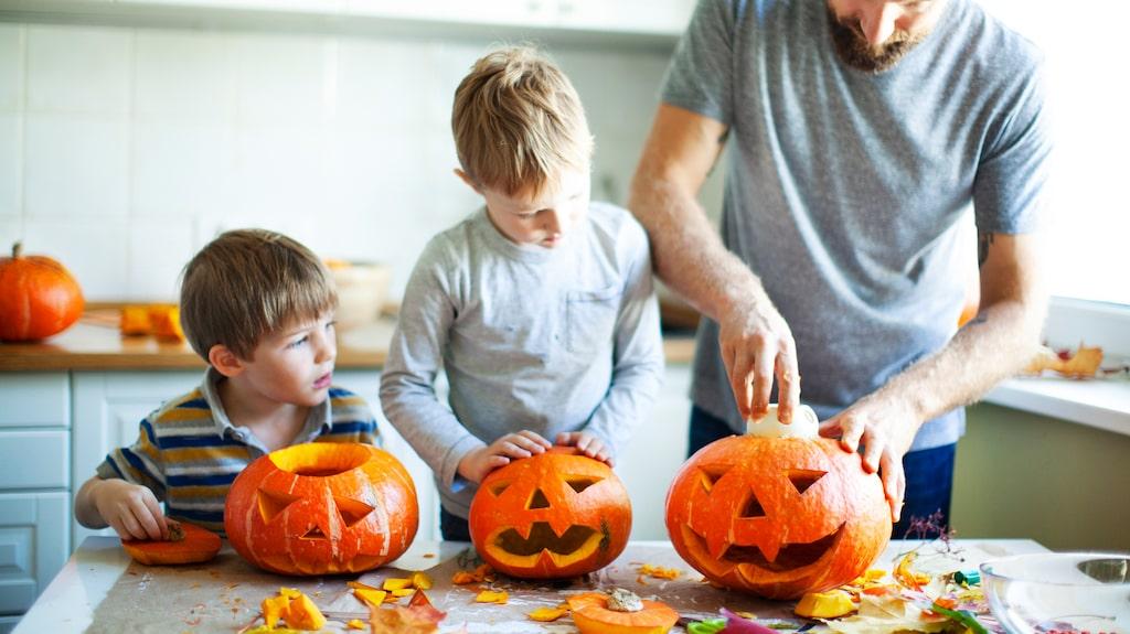 Att karva en pumpa och ställa ut med ljus i hör verkligen till halloween.
