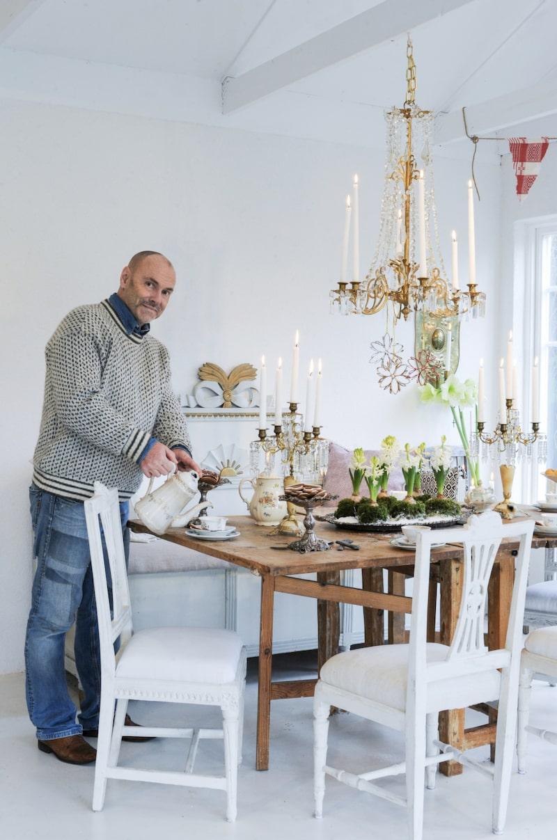 I orangeriet bjuder Håkan gärna in till fika eller middag. Koppar och fat får gärna vara udda och fyndade på loppis, vackra silverfat på fot med hembakta kakor och givetvis en blomsterdekoration mitt på bordet.