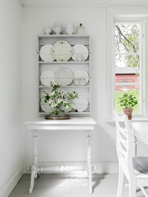 Den gamla hyllan har förvandlats till en trevlig tallrikshylla.