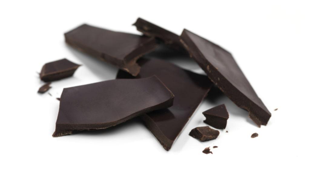 Mörk choklad innehåller ämnen som hjälper huden att reparera sig och bli fastare.