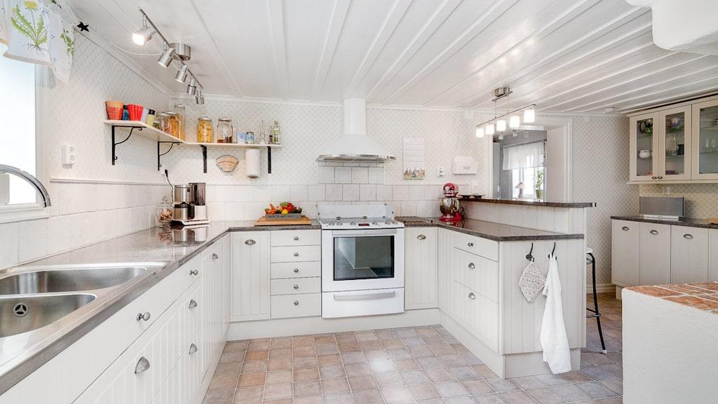 Mysigt kök med plats för umgänge och matlagning. Rikligt med förvaring och bra  bänkytor. Ljusa köksluckor, spis, fläkt, kyl, frys och diskmaskin.