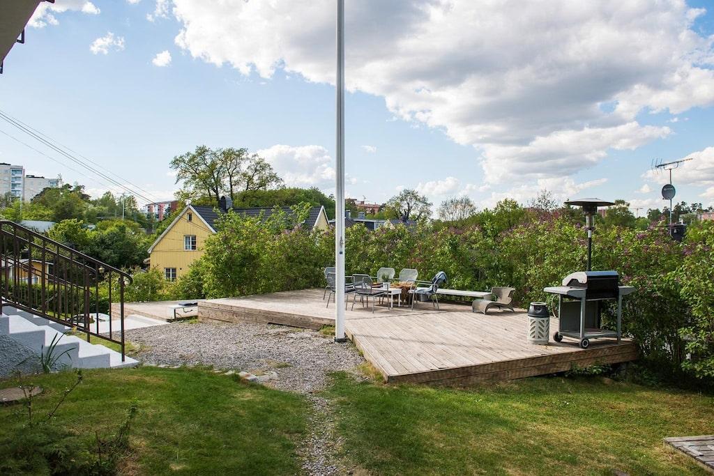 I anslutning till denna bostads entré finns ett stort trädäck om cirka 40 kvm. Från detta åtnjuts en fantastisk och vidsträckt utsikt över ett av Stockholms mest attraktiva villaområden, Cedergrenska tornet samt Brunnsvikens glittrande vatten.