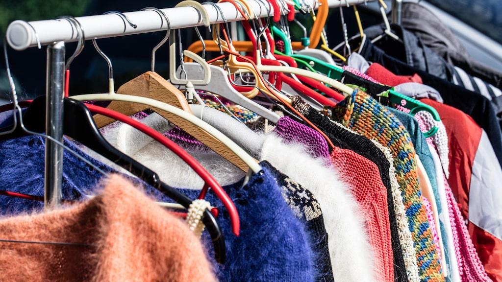 Kläder, särskilt barnkläder och märkeskläder funkar alltid bra att sälja på nätet, särskilt på Tradera.