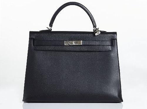 CÉLINE. Handväska i svart, präglat skinn. Utropspris: 17 000 kronor. Slutpris: 13 000 kronor.