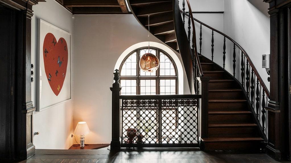 Lägenheten har nio rum och kök och en boarea på hela 303 kvadratmeter