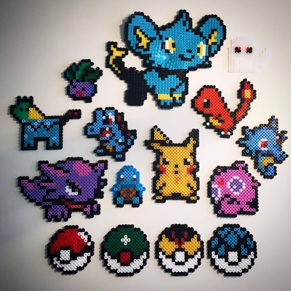 """""""Vi pärlar oftast hela familjen tillsammans"""", säger Lina Ottsjö. Och det är Robert, 34, Lina, 33, Edvin, 6, och Milla, 5, som alla bor i Uddevalla. """"När vi gjorde Pokémon-figurerna i somras gömde vi alla och så fick barnen gå runt och leta upp dem. Så det blev som Pokemon-go, fast """"i verkligheten""""."""