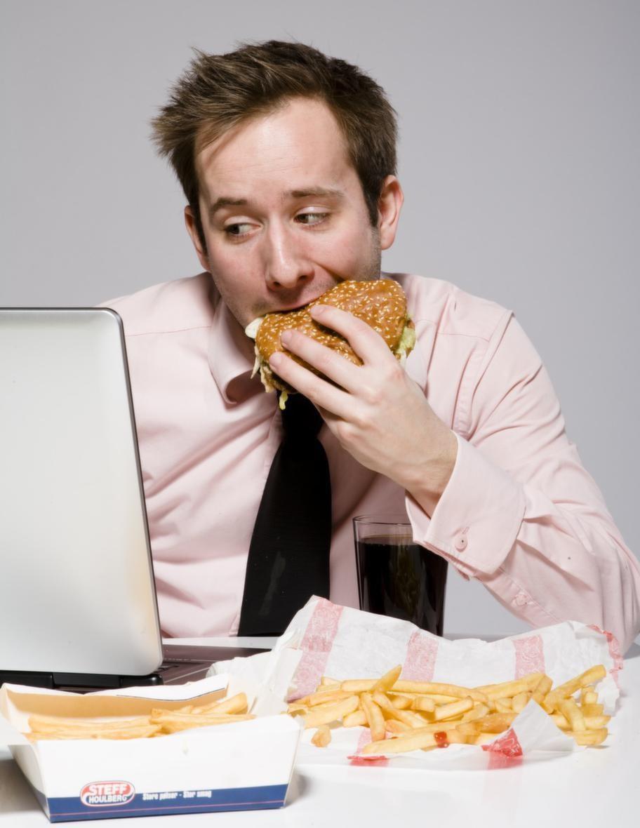 Att tvingas äta skräpmat på grund av stress är en vanlig anledning till att lägga på sig kilon.