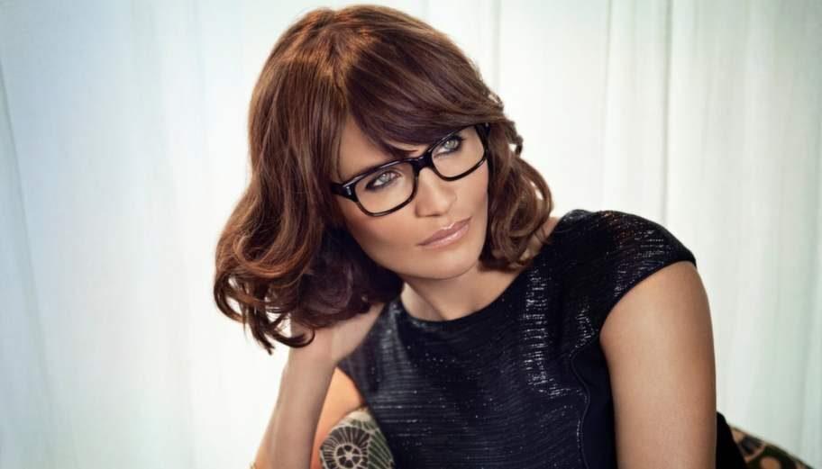 <p>Supermodellen och fotografen Helena Christensen är så här snygg i bågar från Specsavers.</p>