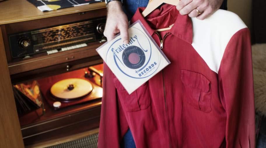 """<strong>Angelos 3 favoritprylar:</strong><br>» Radiogrammofon av märket Polygonfrån tidigt 50-tal.<br>» Låten """"Wildbird"""" med bandet Jive-A-Tones.<br>» Jacka från tidigt 50-tal, köpt i USA."""