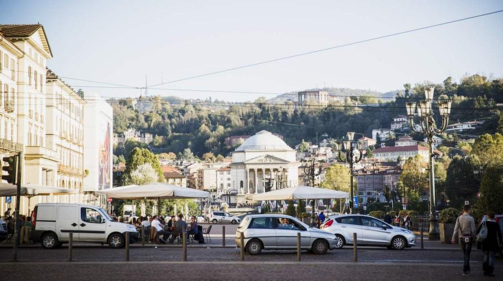 Helig plats. Piazza Vittorio Veneto i Turin. I bakgrunden syns bergen och Gran Madre di Dio, en av Turins heligaste platser.