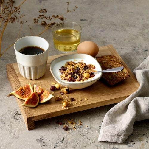 Kocken Niklas Ekstedt har designat en egen serie med mugg, 49 kronor, och skålar, 49 kronor, Åhléns.