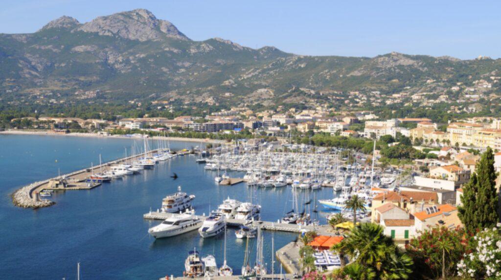 <p>Mysiga hamnen i Calvi på Korsika.</p>