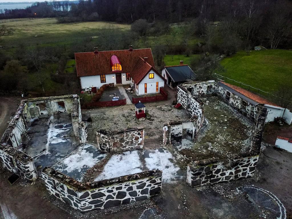 En ruin av murstocken står kvar efter hotellet.