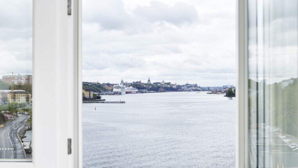 Lägenheten har utsikt över Stockholms inlopp. Längst bort skymtar Slussen och Katarina kyrka på Södermalms höjder.